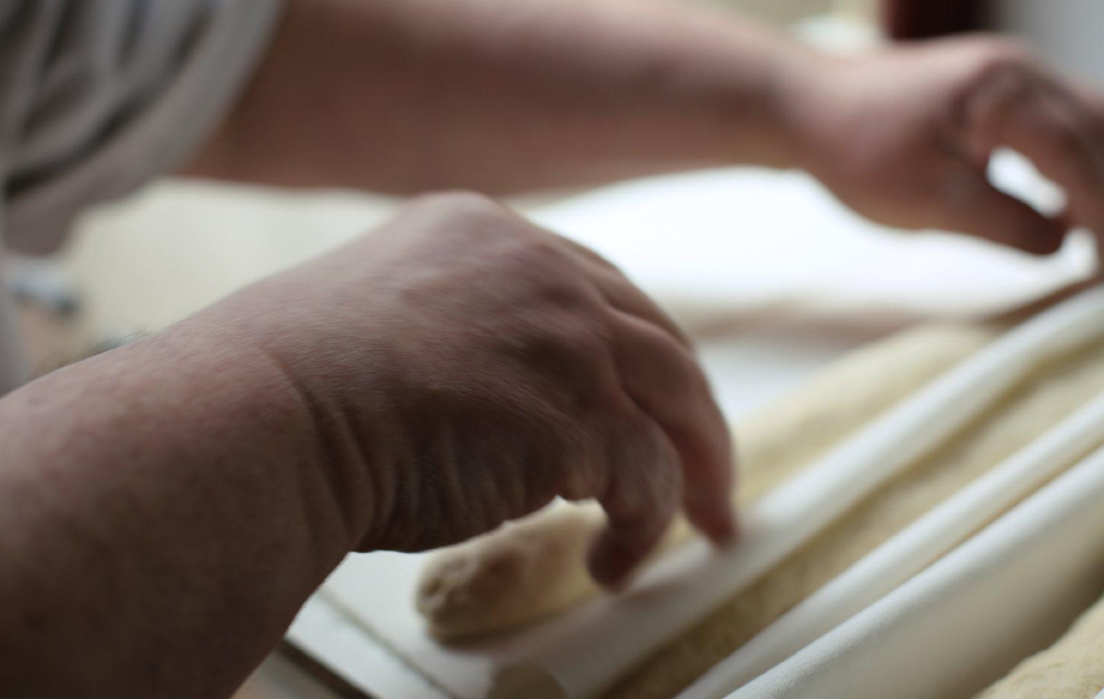 En Sergi elabora el pa durant la nit.