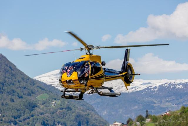 Fjord Helicóptero volando en Noruega