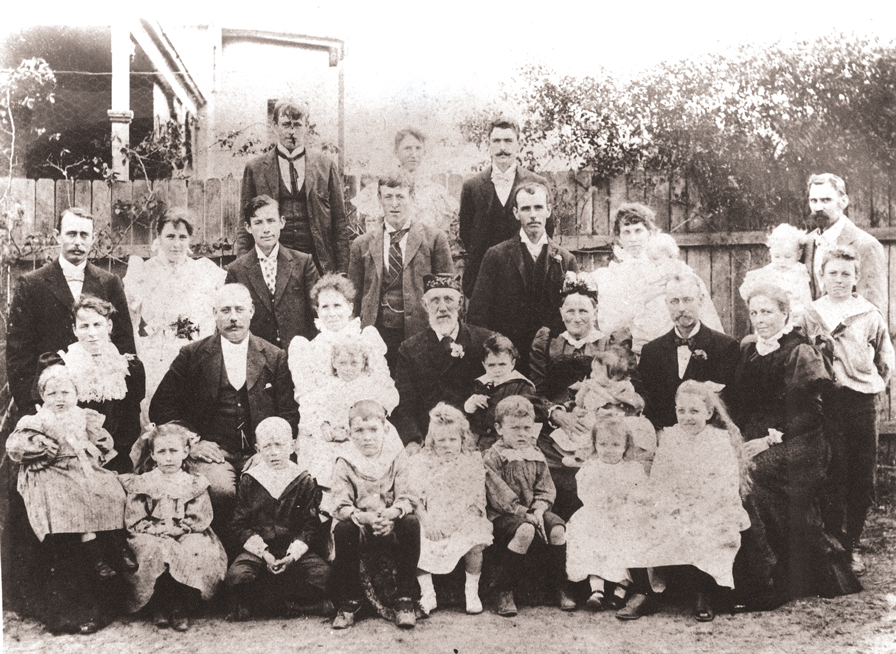 George and Eleanor (middle row, second and third from left) with the extended family in the early 1900s.