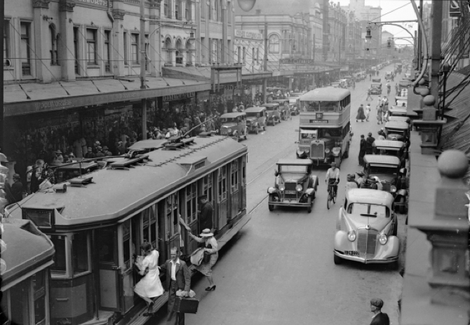Newcastle's bustling Hunter Street, just around the corner from Varley's Darby Street facility, shortly before the Great Depression in 1929. Source: trendingcity.org.