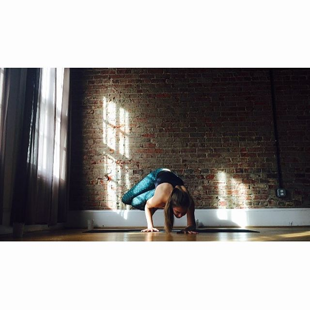 fUnKy SiDe cRoW 🤙 Last day of the #flyintotheholiday challenge. It's been so fun finding hidden strength. Hope you have a fUnKy FriDaY ✌️✌️ @mimirieger @yoga_international @pasqualee_g #yoga