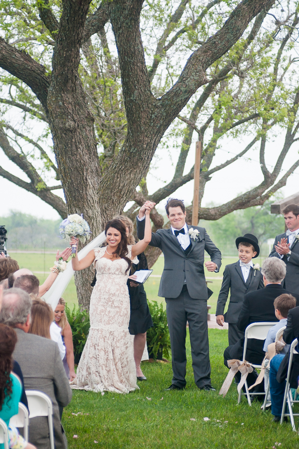 Wedding Ceremony at the Lodge at Country Inn Cottages | San Antonio Wedding Photographer