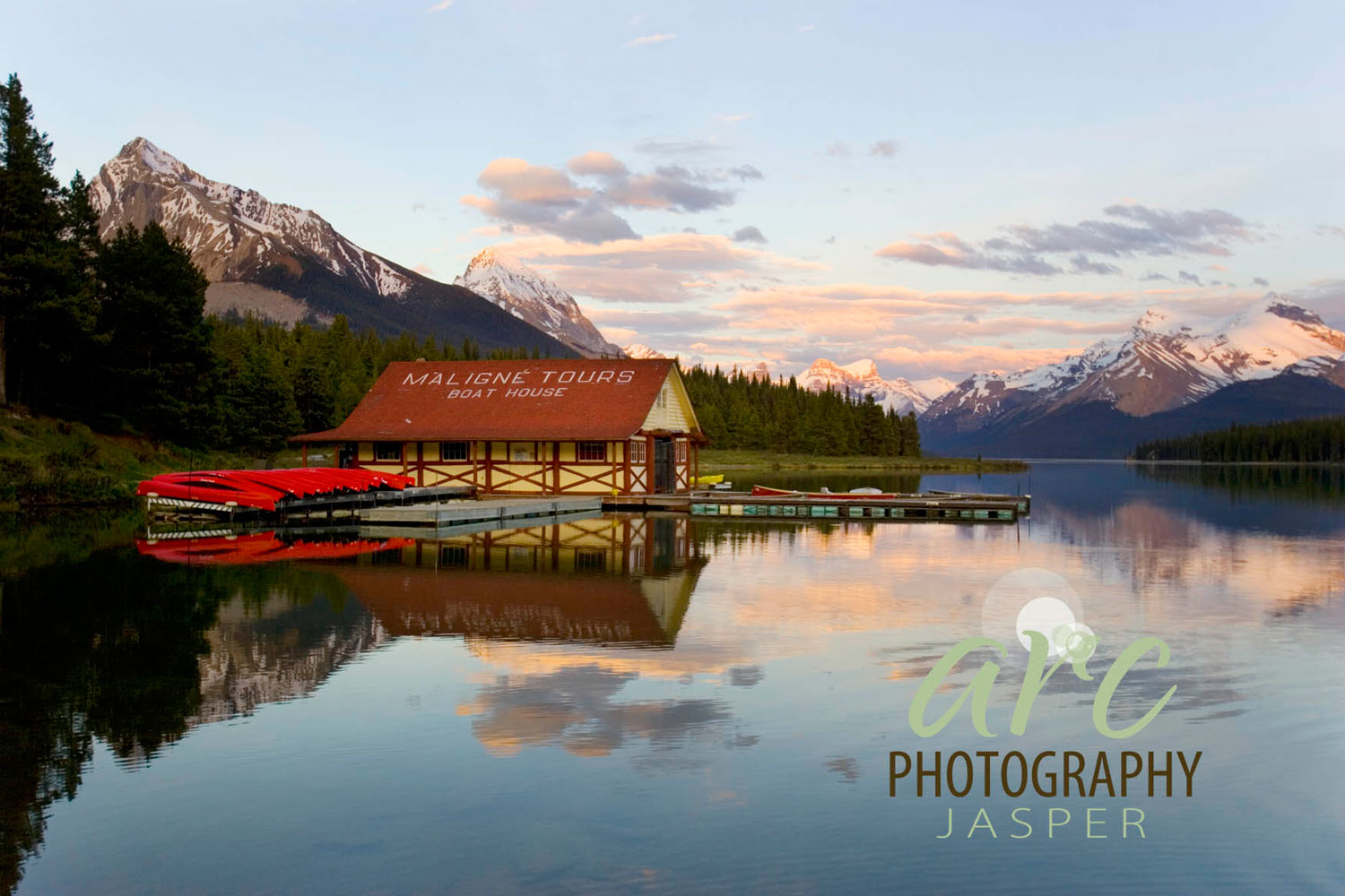 Maligne_Lake_boathouse.jpg
