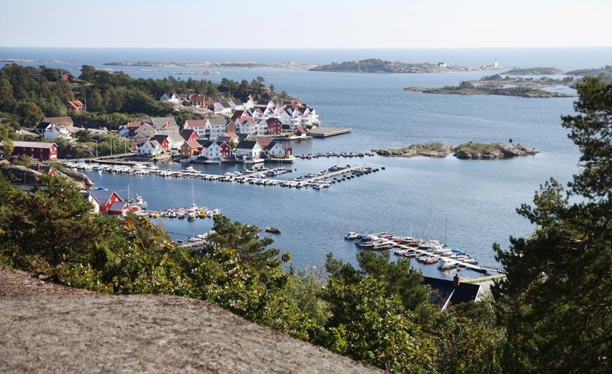 Bokhotellet Lyngørporten på den gamle tomta til Gjeving tresliperi. Lyngør Fyr i bakgrunnen. Foto: Ida Monrad Haugen.