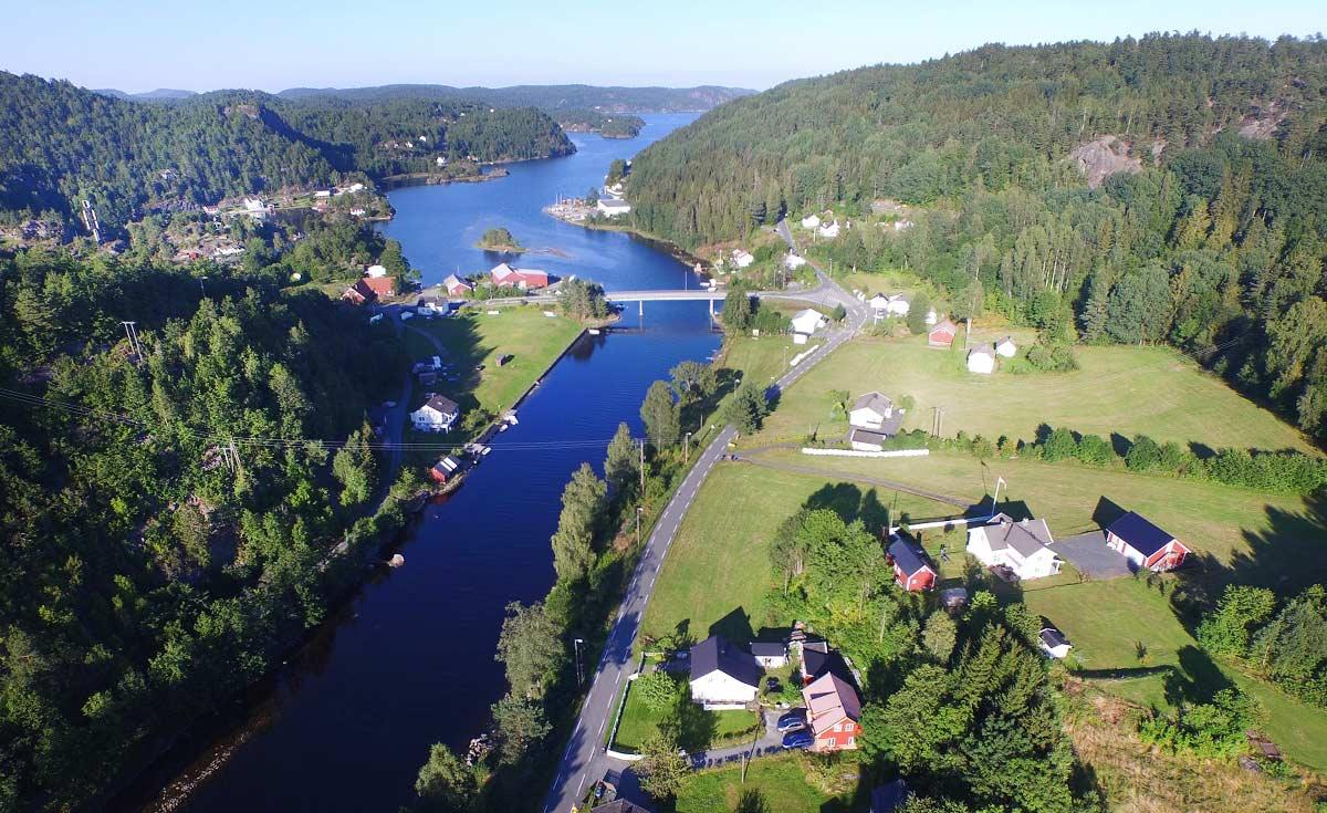 Brua over Lag-strømmen er det mange som har krysset på vei til Dypvåg, Gjeving og Lyngør. Foto:Svein Arild Stiansen.