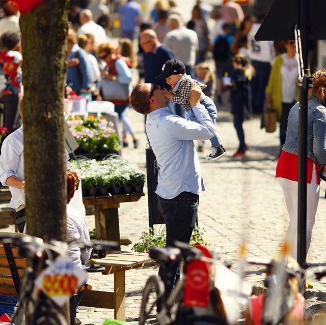Lørdag 4. mai er dagen, og her er programmet for årets Vårmarked i Tvedestrand by!  10:00 Vårmarkedet åpner, og utstillerne åpner bodene.  10:00 Gråtass kommer til byen 11:00 Åpning av Litteraturhuset i gamle Reidar Christensens lokaler.  11:30 DDD har danseoppvisning ved Bonzo 11:30 - 14:00 Planting for barn hos Møllebekken Blomster 12:00 Vikingene serverer gratis vikingsuppe 12:00 DDD har danseoppvisning ved Bonzo 12:30 Sigrid Veronica Ludvigsen synger i Pærehagen  Kaniner og hamstere kommer på bytur, brannbilen ønsker besøk av barn på torvet og byen er full av utstillere med spennende varer  15:00 Vårmarkedet avsluttes Velkommen!  #tvedestrandby #vårmarked #marked #byenvår #vår #tvedestrandsentrum