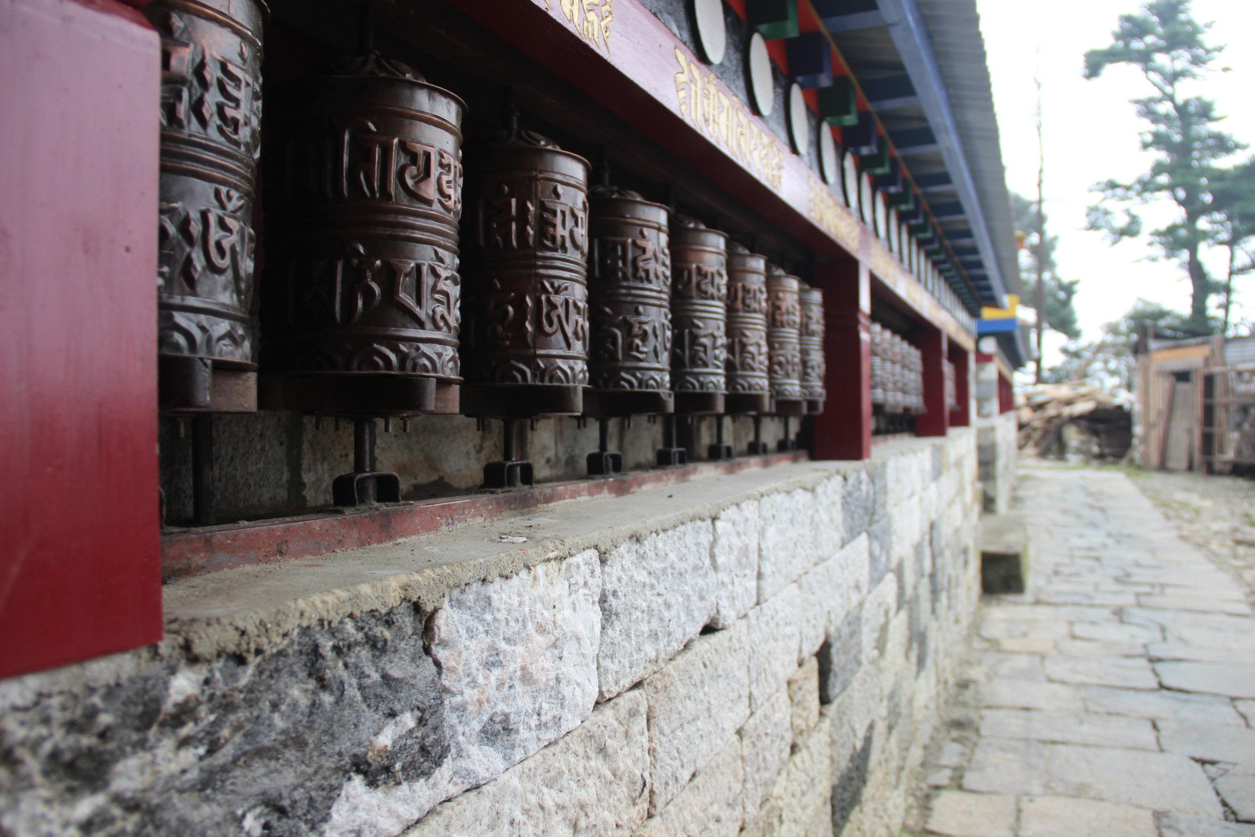 Rodas de oração, no mosteiro budista em Tengboche.