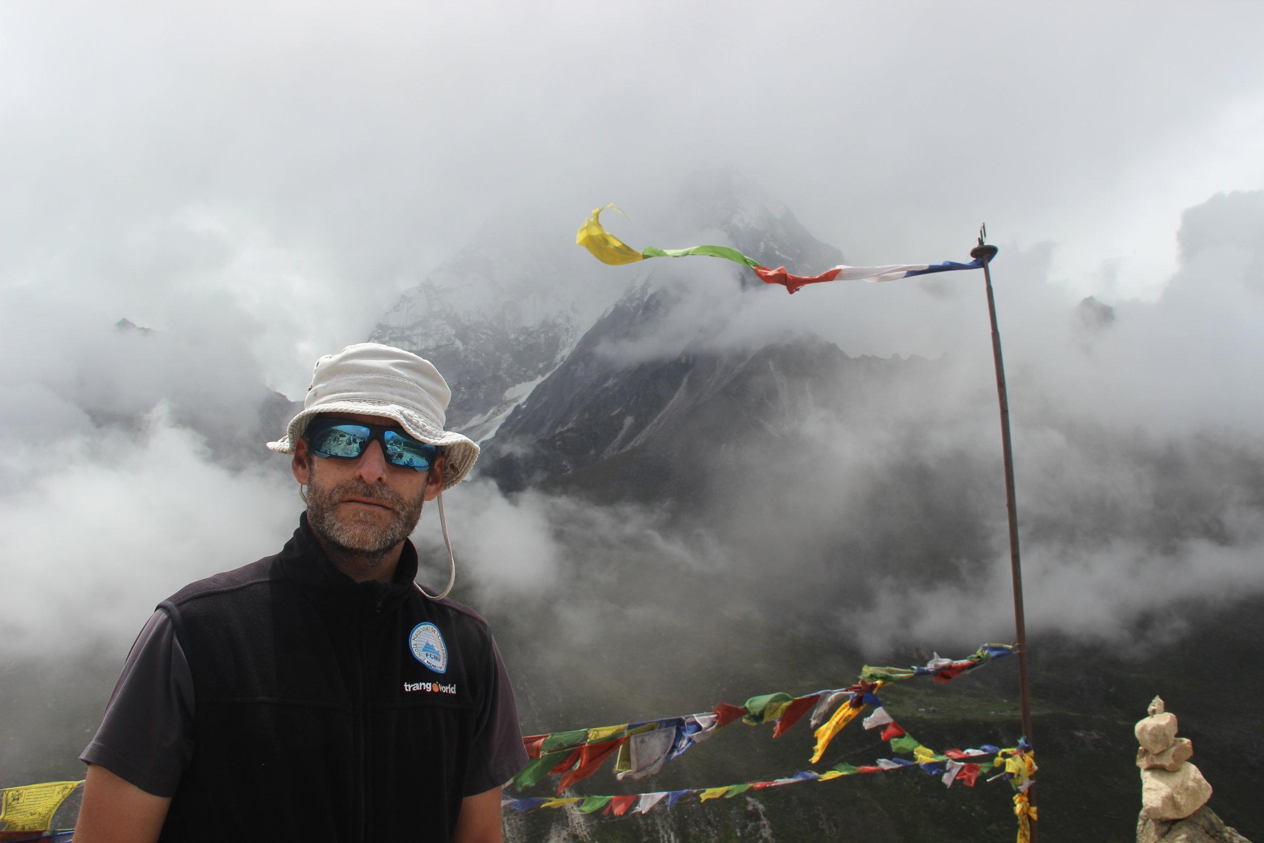 Dia de aclimatação em Periche, com subida aos 4500 metros de altitude. Entre as nuvens o emblemático Ama Dablam, com 6814 metros de altitude.