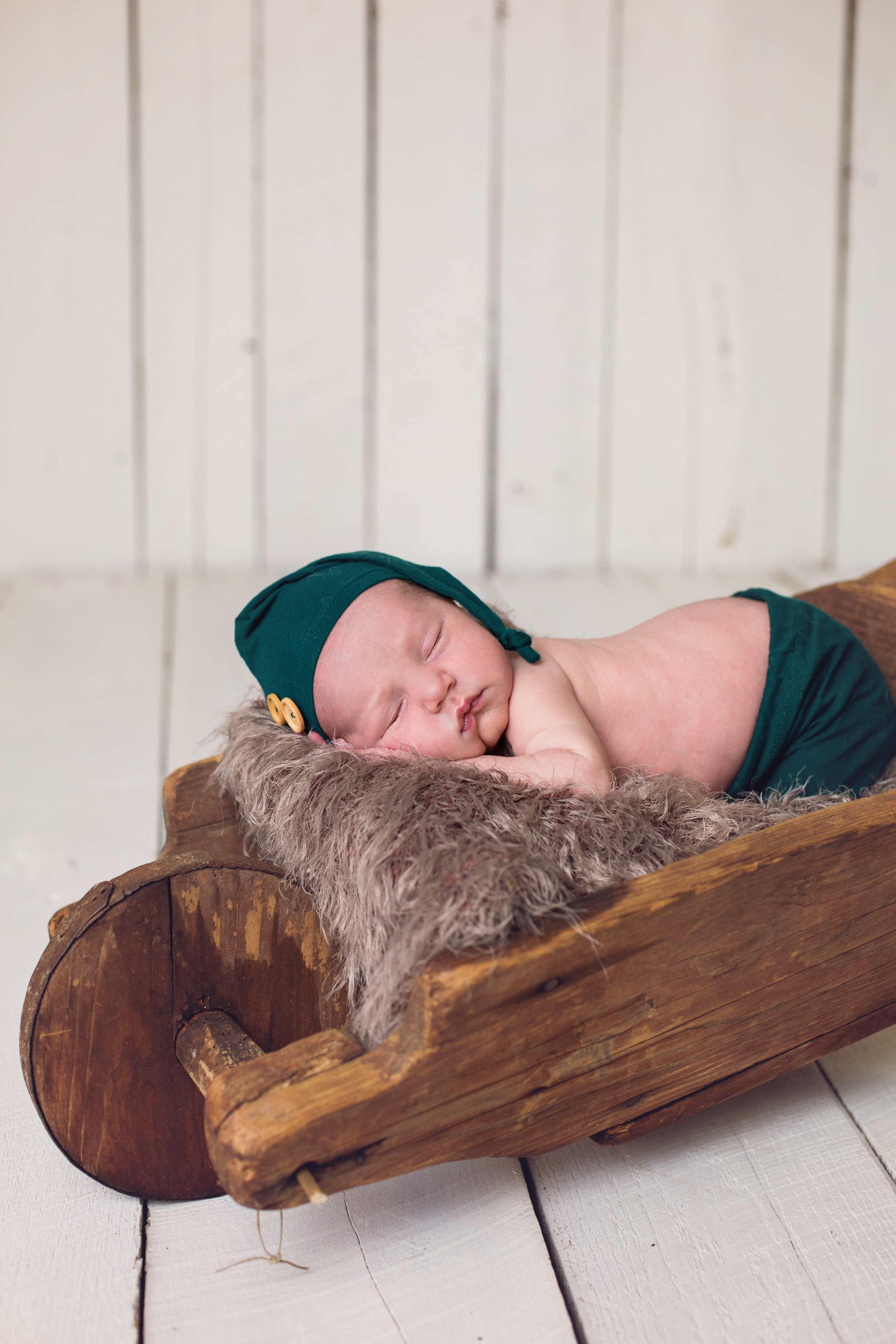 """""""We absolutely love our newborn and family photos! Lindsey did a great job! We will definitely use her again in the future!"""" - Darci Saunders"""