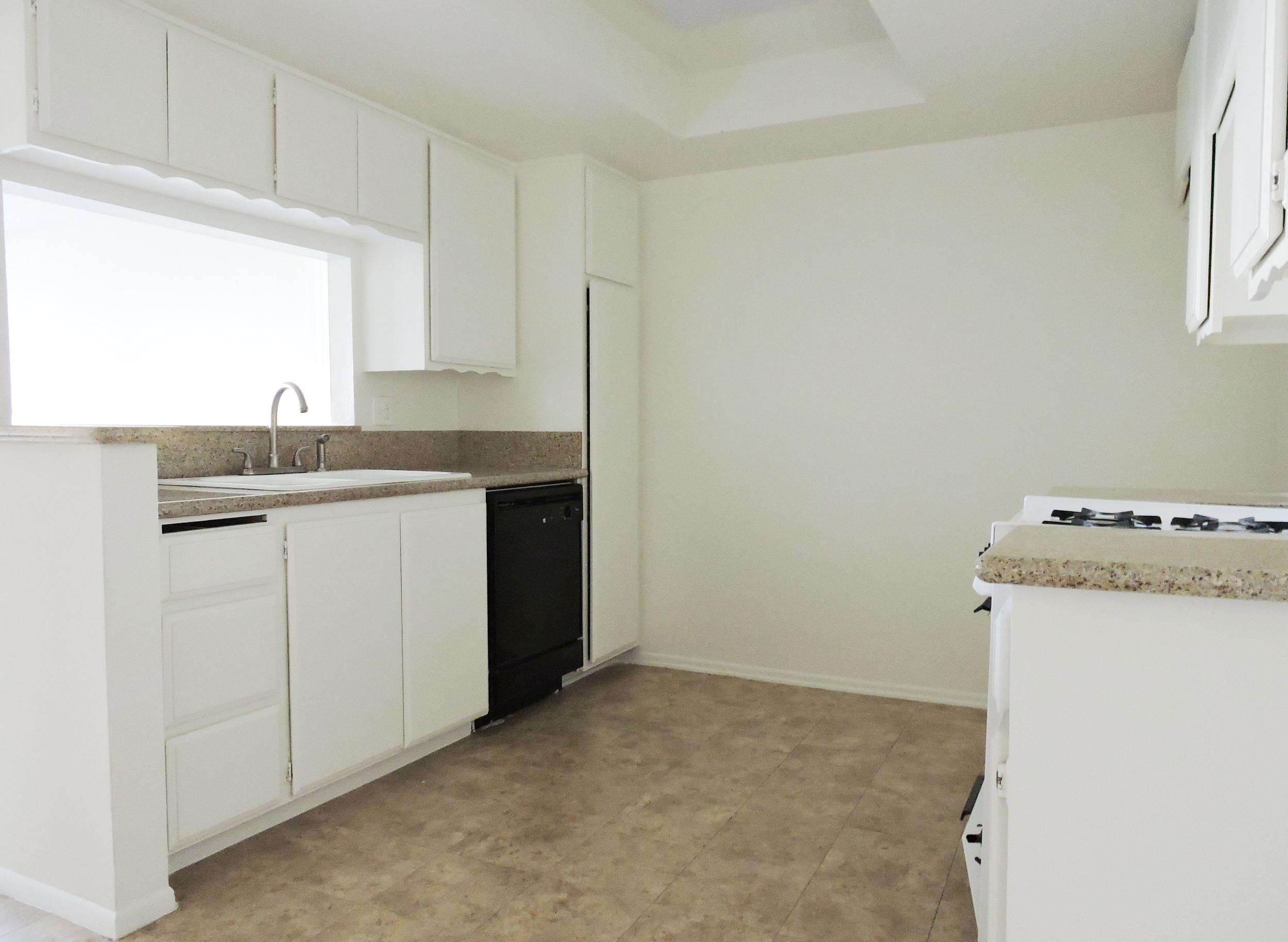 163 kitchen.jpg