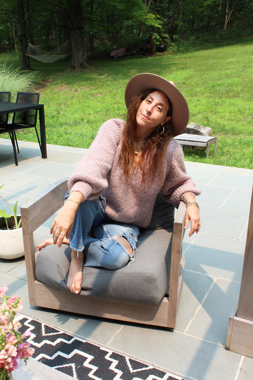 Jenny wears the Tess sweater in pink mélange   (SHOP)