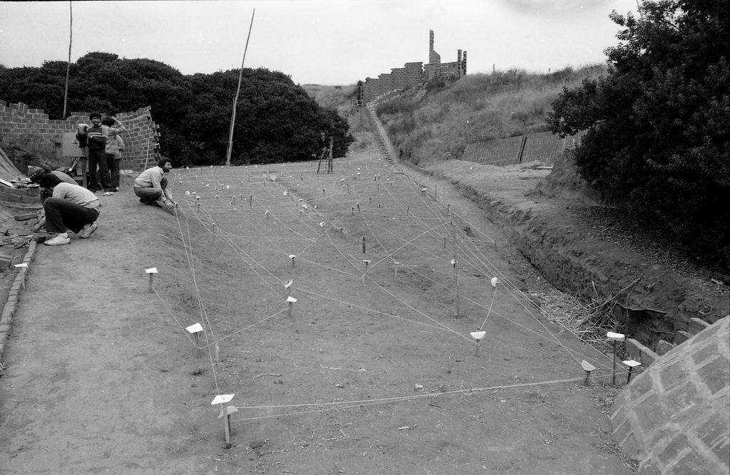 """(5) Imagen de la Exposición, """"En Lugares de Mínimas Huellas. Una Mirada al Cementerio de Ciudad Abierta"""" (1982) © Archivo Histórico José Vial Armstrong EAD PUCV"""
