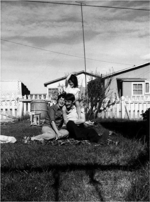 (1) La autora y sus padres en su antejardín en Cerro Sombrero (1977)   ©   Romy Hecht para  LOFscapes