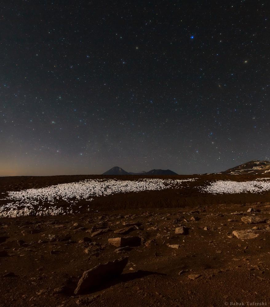 (6)   Babak Tafreshi,  Vista nocturna del volcán Licancabur a través de un cambo de penitentes de hielo  (2011) © twanight.org