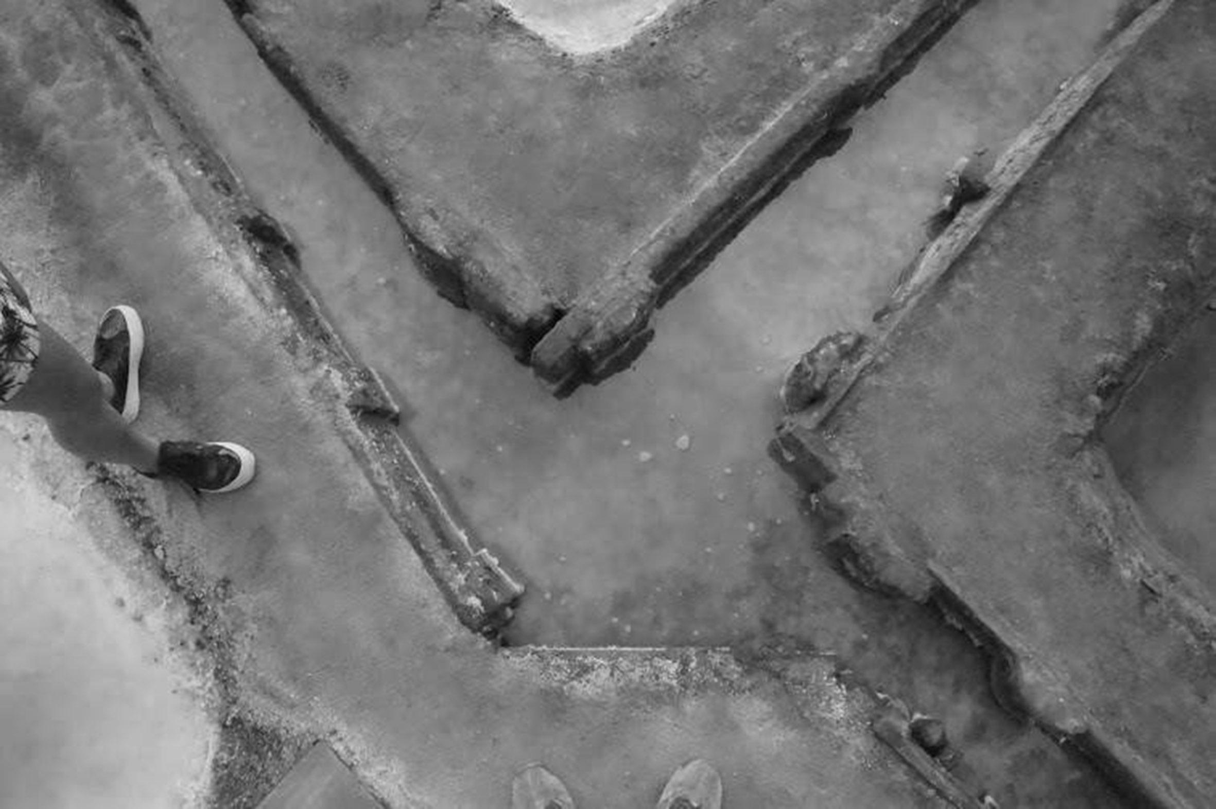 (4) Canales entre parapetos © Carolina García  S . para  LOFscapes.  Canales entre los parapetos que el salinero construye para encausar el agua de un cuartel a otro.