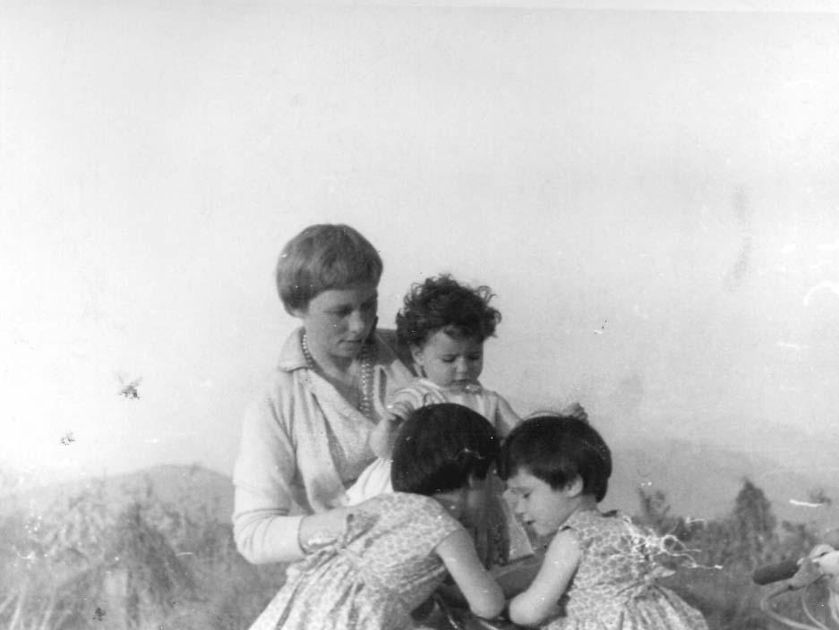 """(3) Esmée con tres de sus diez hijos (1957) © """"Jaime, Stories of Life,""""  Picture Life Blog (Mayo 2015) <http://www.picturelifebooks.com/blog/wp-content/uploads/2015/05/55e_1957_chile-kids-vespar.jpg>"""