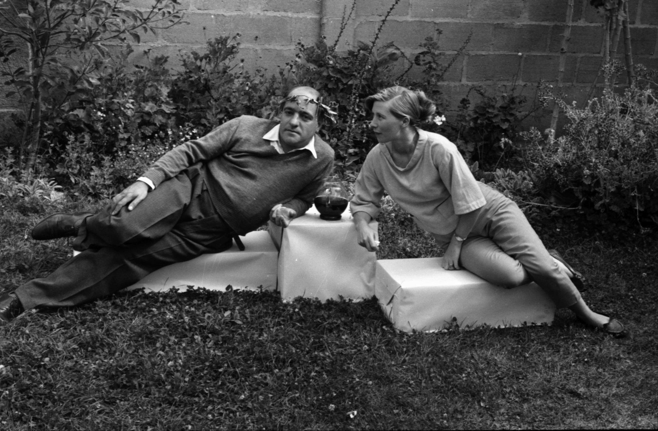 "(2) Esmée y Godofredo Iommi en una ""fiesta Griega"" en Santiago (c.1956) © ""Jaime, Stories of Life,""  Picture Life Blog (Mayo 2015) <http://www.picturelifebooks.com/blog/?p=3745 >"