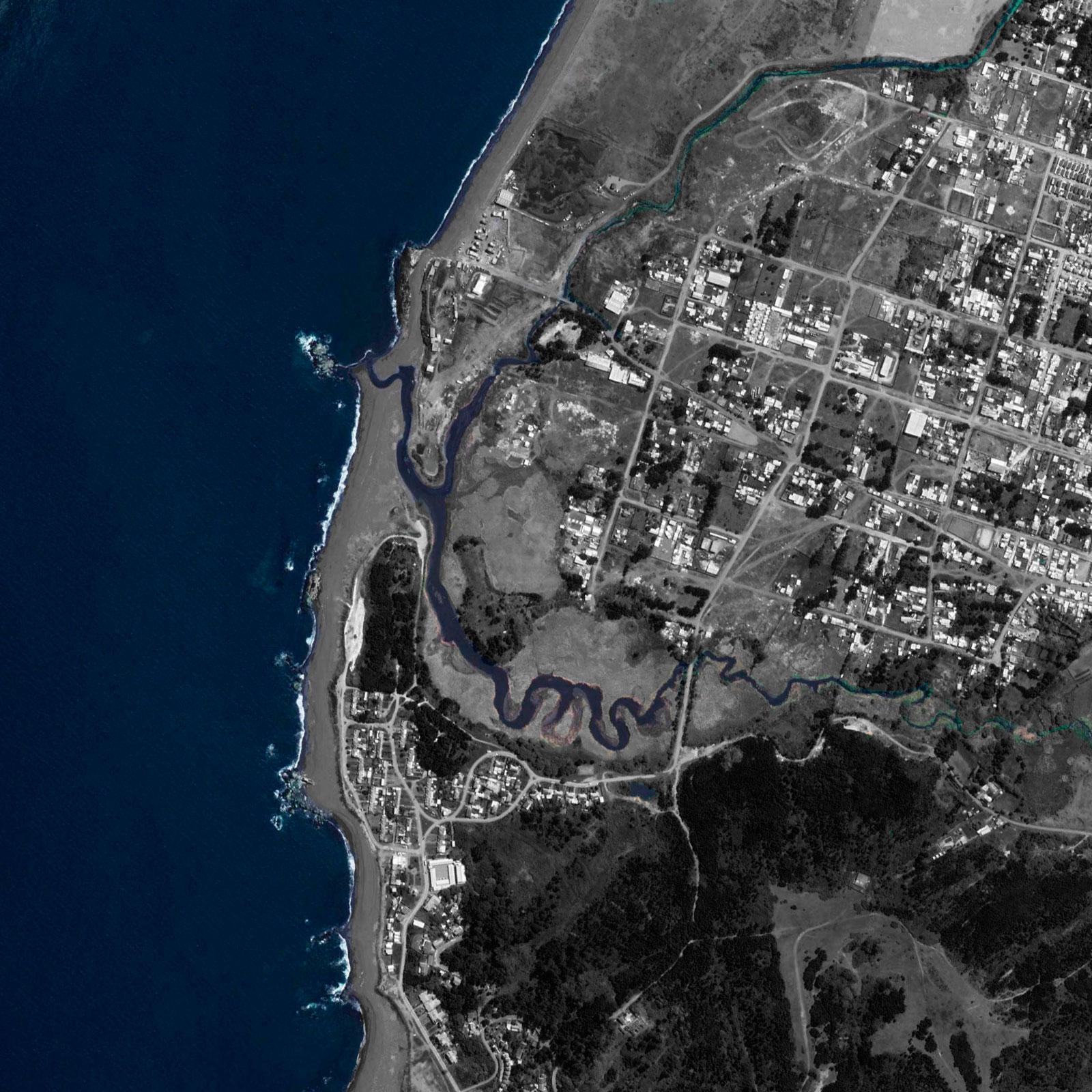 (2)  Vista aérea del Humedal Boca Maule, comuna de Coronel – ©Google Maps