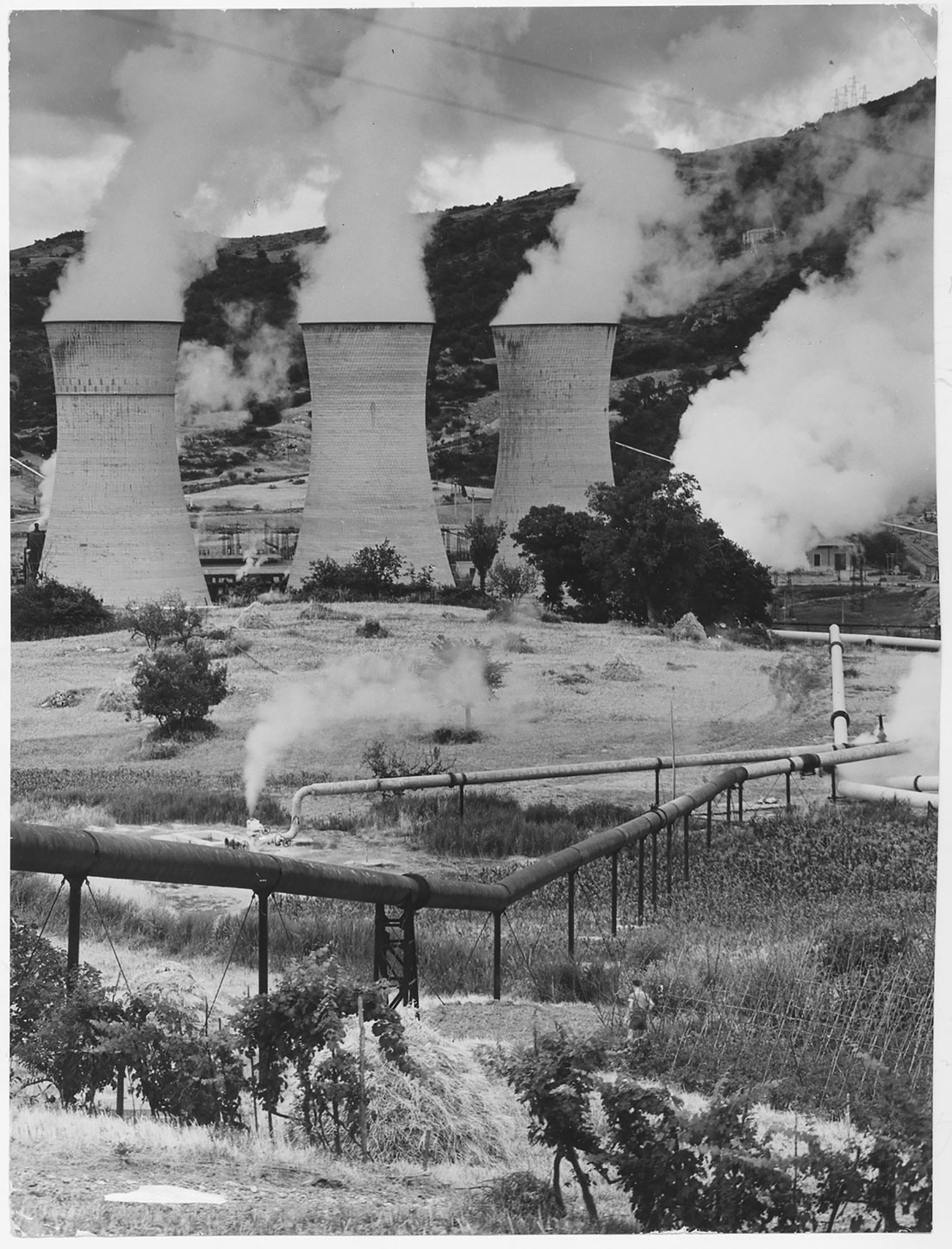 (1) Larderello, Italy. View of cooling towers and steam Transformers at Number 2 power station © Wikipedia