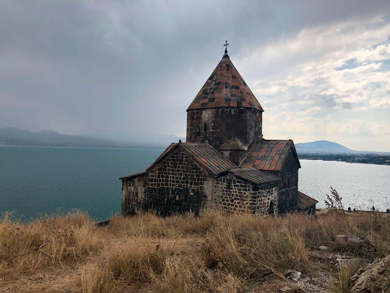 6) Monasterio Sevanavank, 2018 © Agustina Poggione  o monasterio de los Santos Apóstoles de Sevan es un monasterio armenio situado en una península del lago Sevan en el marz de Geghark'unik'