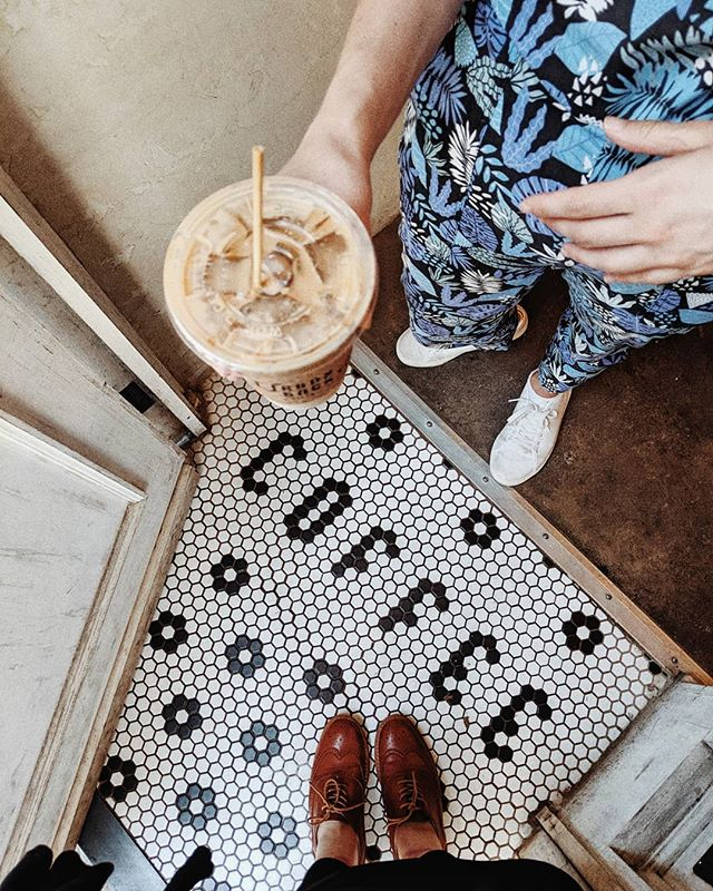yay! its the weekend! 🤗✨ #coffee#coffeevibes#fromabove#lookdown#handsholdingthings#handsinframe#icedcoffee#dailycortado#mybeigelife#coffeelovers#saturdaymorning#weekendadventures#fromwhereistand#selfeet#travellingfeet#coffeefliicks#coffeegram