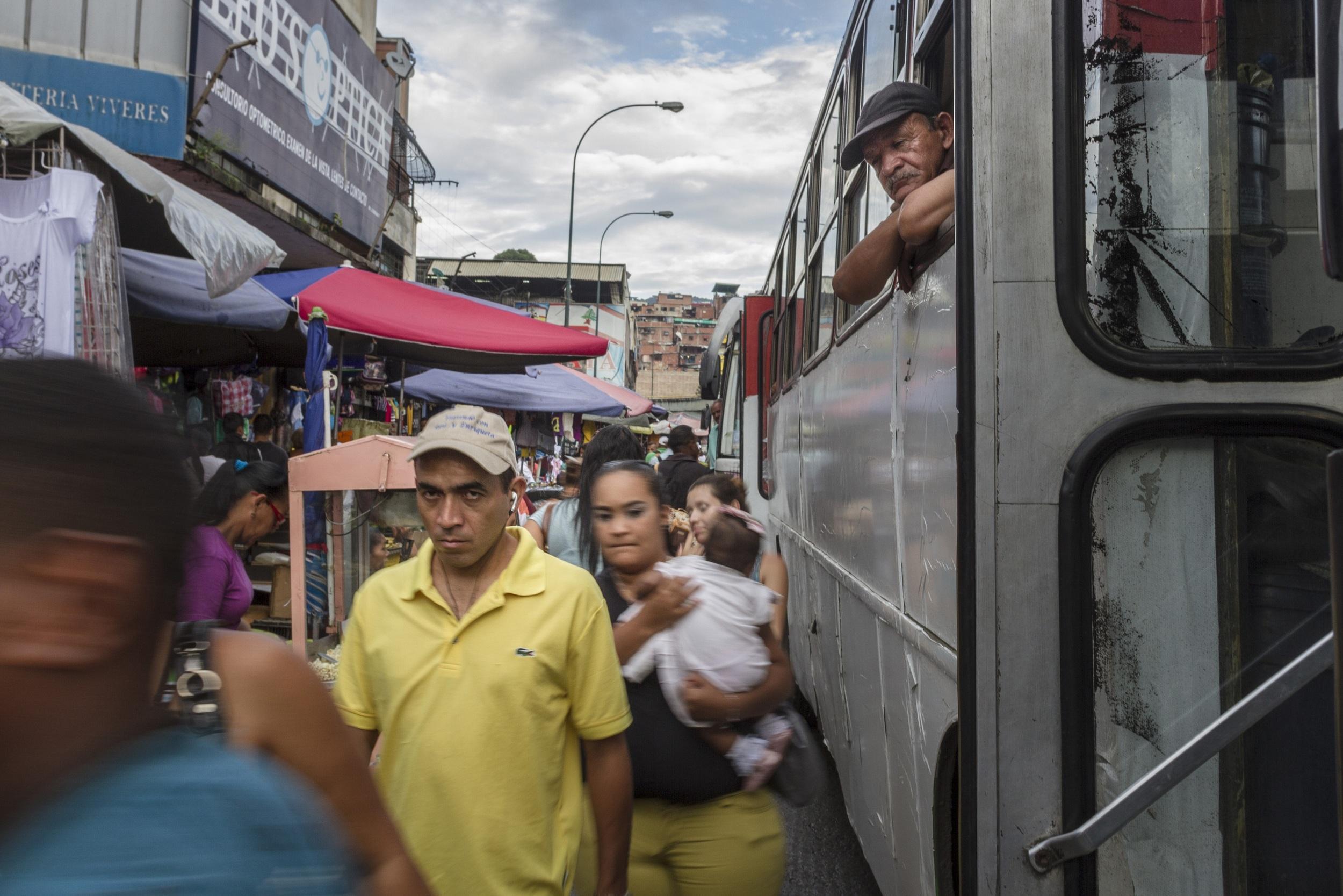 """""""At Redoma de Petare, 500,000 people circulate daily."""" (Source: El Universal).   """"  En La Redoma de Petare circulan 500.000 personas diariamente.  """"  (Fuente: El Universal)."""