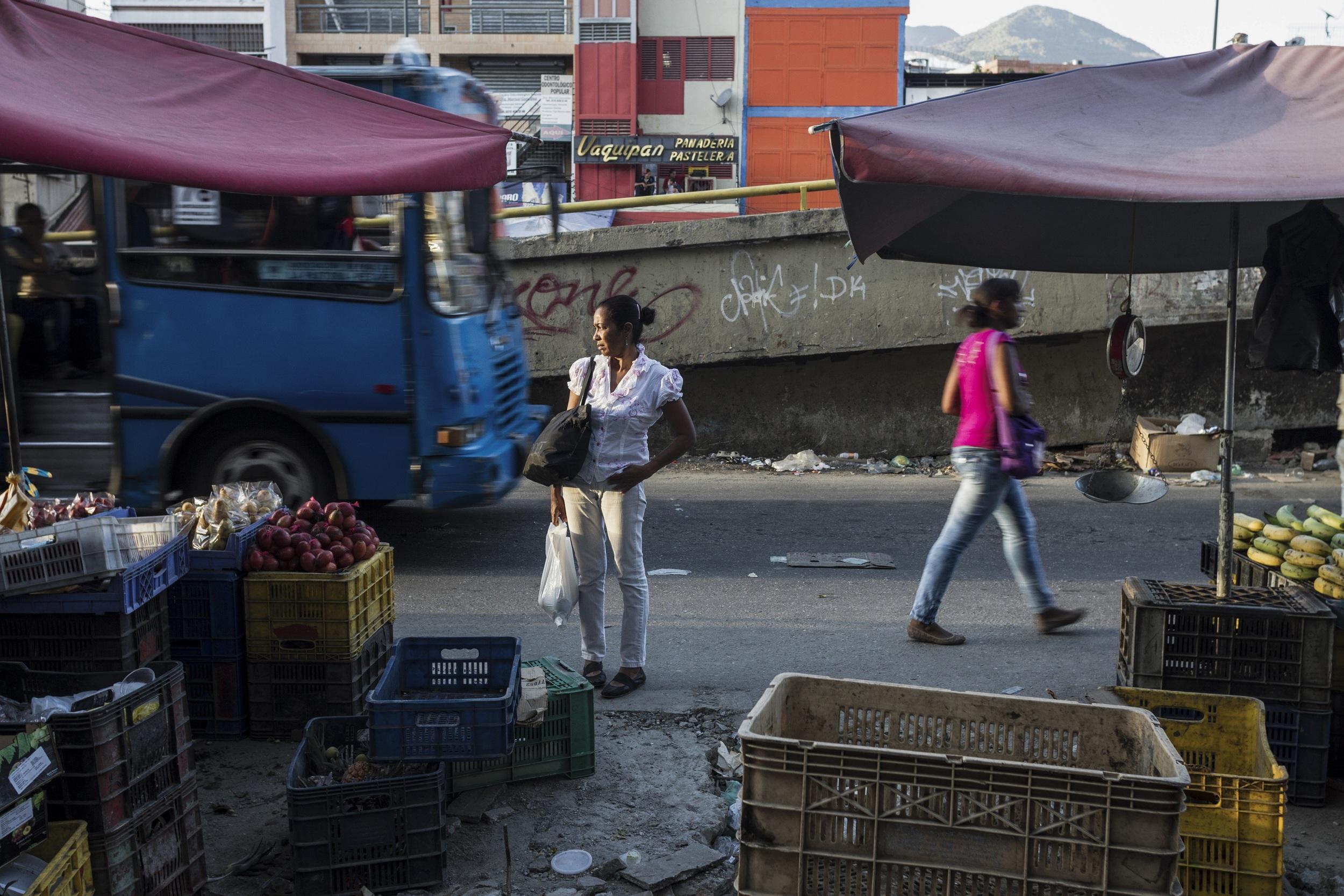"""""""Each inhabitant of Caracas has 1.04 m2 of green space, representing a 90% deficit according to the requirements of the World Health Organization.""""(Source: IVAD 2012)   """"  Cada caraque–o cuenta con 1,04 m2 de áreas verdes, 90% de déficit segœn los requerimientos de la Organizaci—n Mundial de la Salud.  """"   (Fuente: IVAD 2012)"""