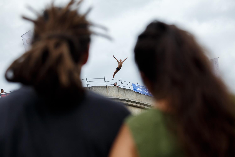 Boy and girl watching a dive into the Neretva from the Old Bridge.     Mladić i djevojka gledaju skok sa Starog mosta u rijeku Neretvu u Mostaru.