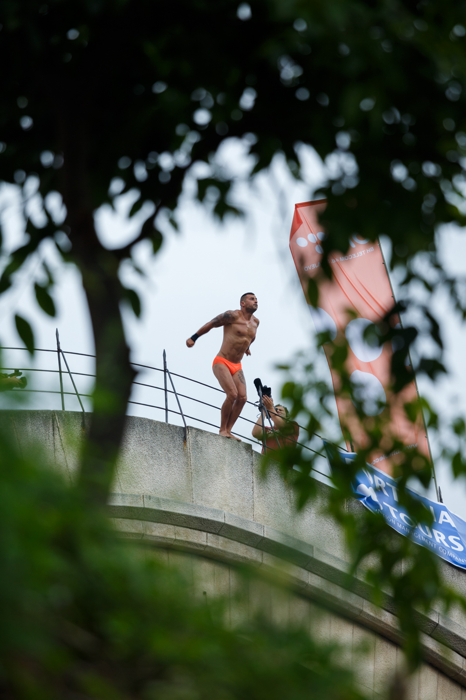Lorens Listo preparing to take a Swallow dive. This is his eighth Mostar Swallow title.     Lorens Listo se priprema da izvede mostarsku lastu sa Starog mosta u rijeku Neretvu u Mostaru. Ovo je njegova osma titula mostarske laste.