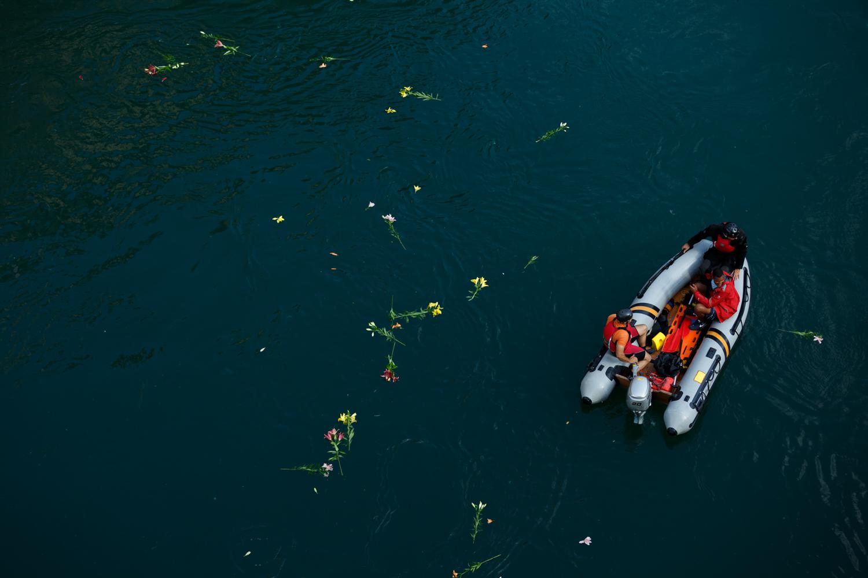 With their symbolic act of throwing lilies in the Neretva before the opening of the 448th diving competition, the divers commemorated those divers who fell defending the city of Mostar.     Skakači su simboličnim bacanjem ljiljana u rijeku Neretvu pred otvaranje 448. takmičenja u skokovima sa Starog mosta u rijeku Neretvu u Mostaru odali počast skakačima koji su poginuli braneći grad Mostar.