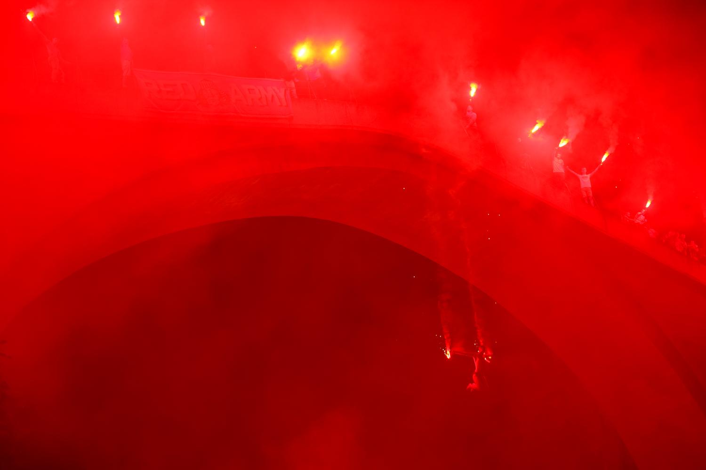 Diving with torches. Every year, a fiery group of Velež Mostar FC fans closes the competition.     Skok sa Starog mosta sa bakljama. Svake godine vatrena grupa navijača Red Army fudbalskog kluba Velež iz Mostara zatvara skokove sa Starog mosta.