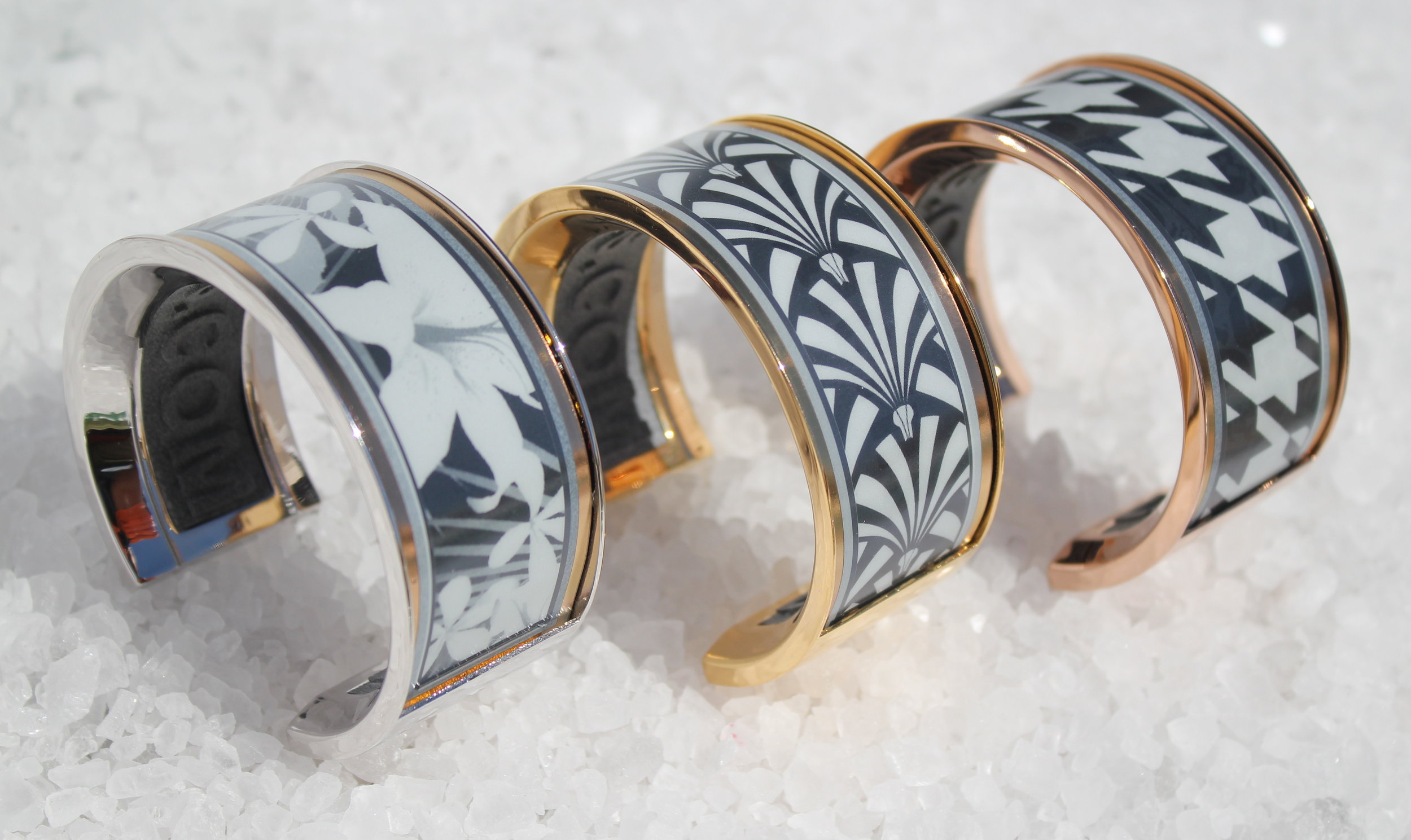 Venus Small in white rhodium, yellow gold, and red gold plating