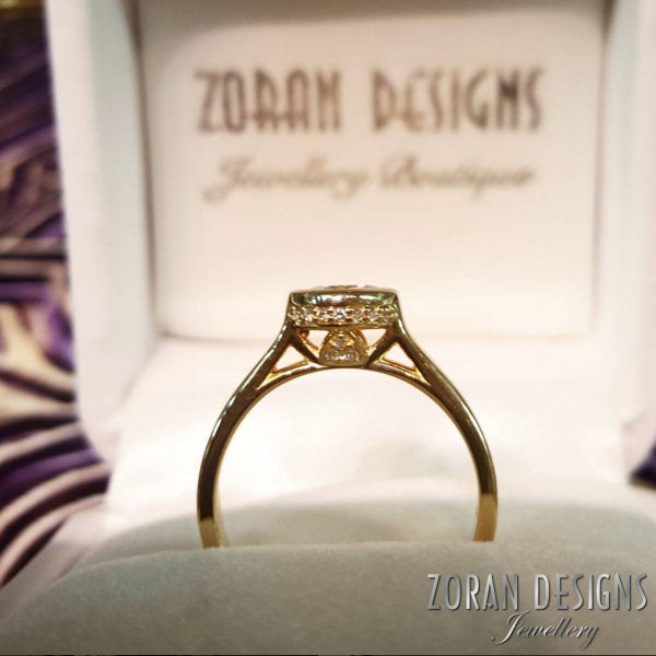 Pretty engagement ring in yellow gold