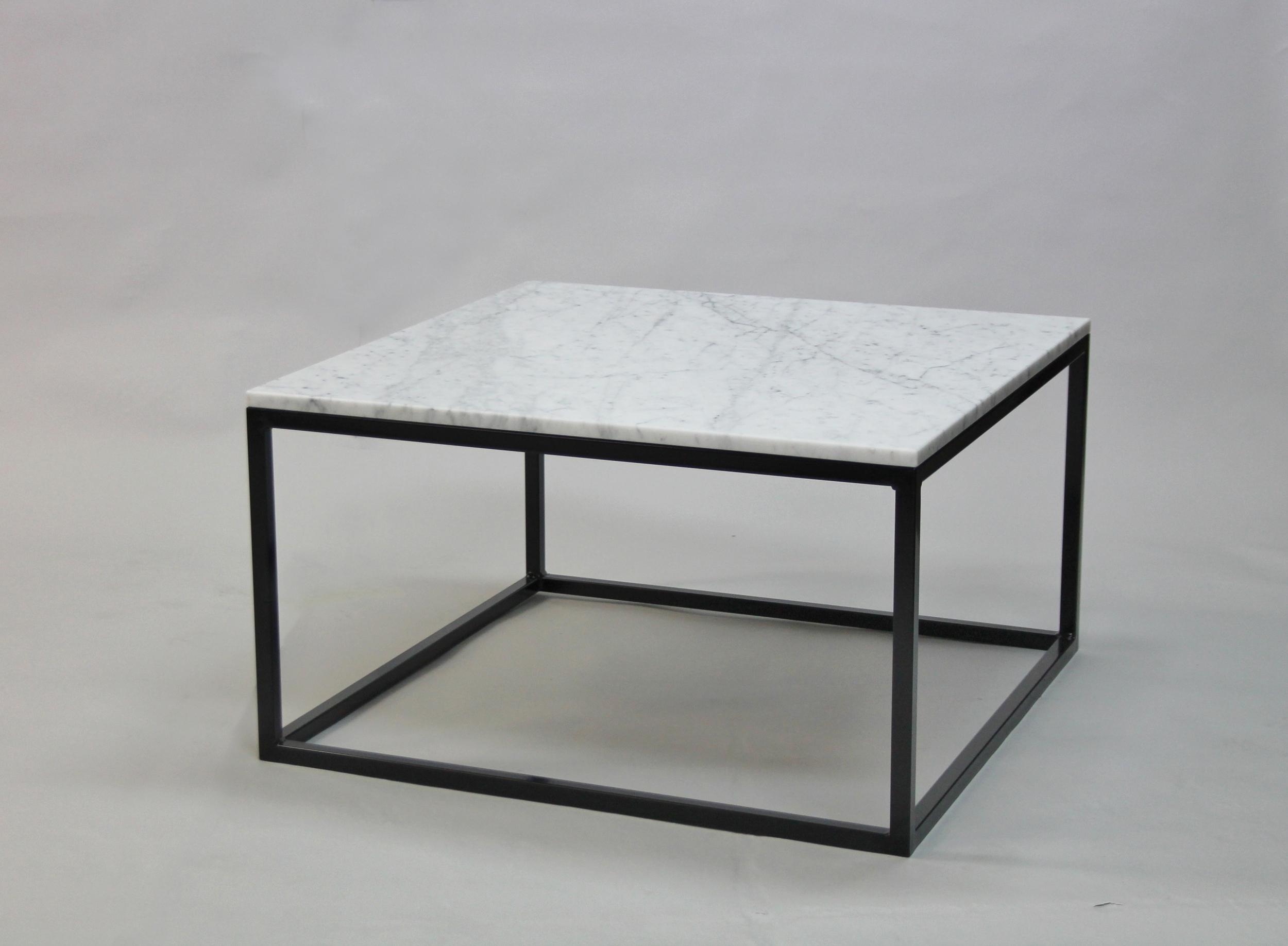 Marmorbord, vit - 80x80 x  45 cm, svart underrede kub  Pris 5 500 :- inkl frakt