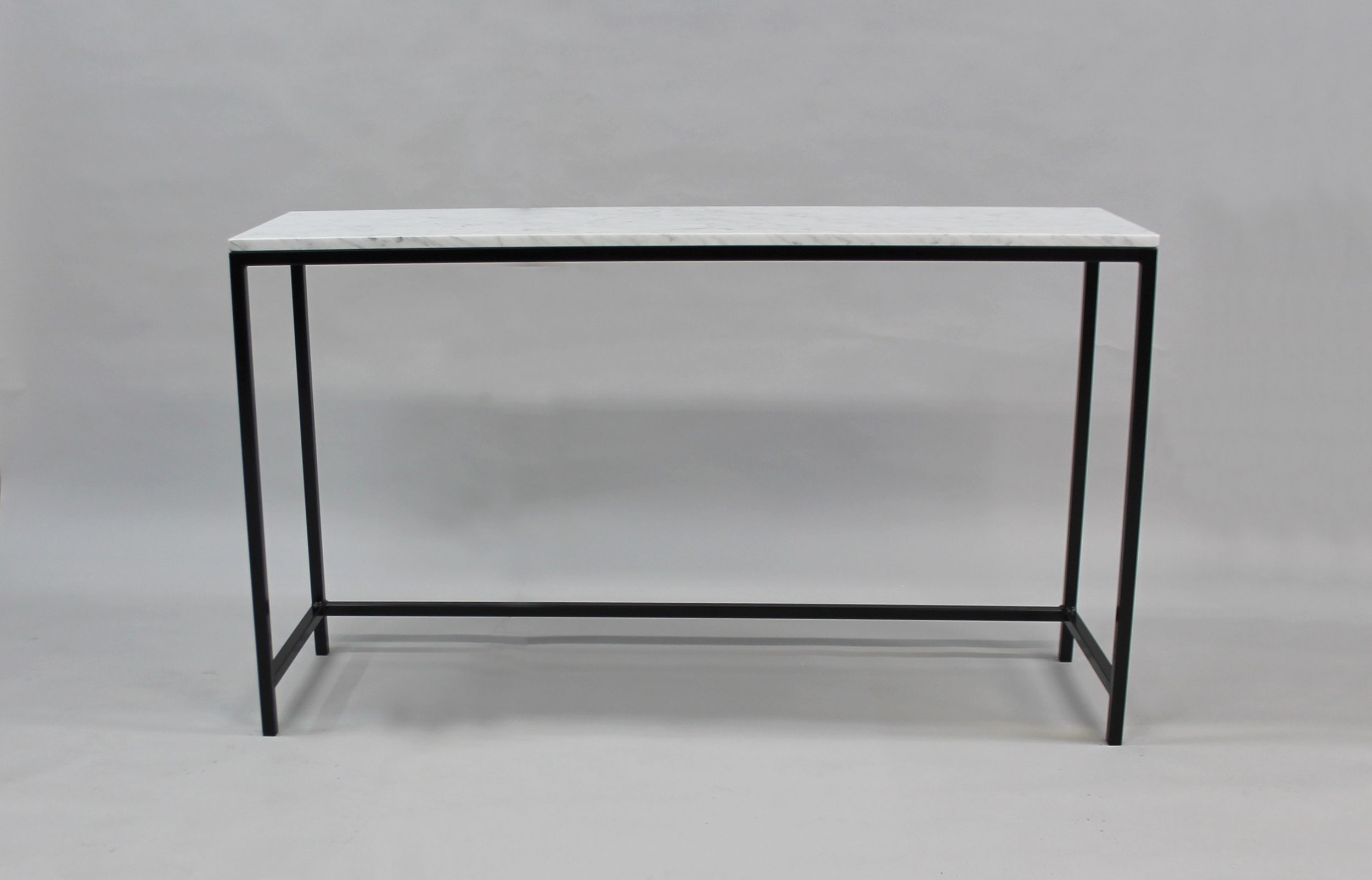Marmordbord, vit  - 120x30x74 cm, svart underrede  Pris 6 000 :-  inkl frakt   Finns även i 140x40x74 cm -    Pris 7000:- inkl frakt