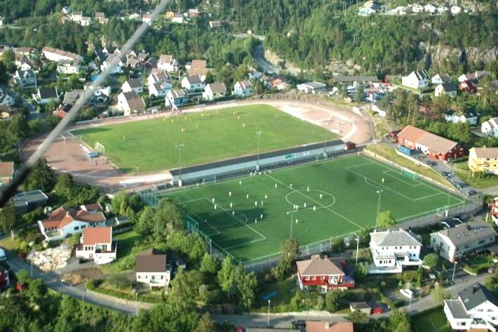 I dag har Uenes en enklere adkomst og huser  den videregående skolen  ,  Ungdomsskolen , Uenes Stadion (utendørs gress- og kunstgressbane) og Ueneshallen (innendørs idrettshall og svømmehall).