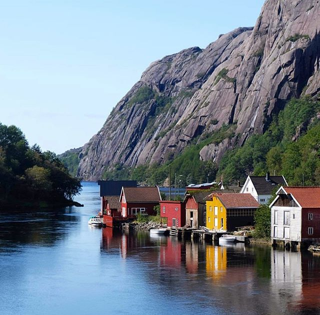Åna-Sira is a gem hidden between beautiful rock formations, with traditional Norwegian houses spread along the fjord. We love it! ❤️ Thanks for sharing this lovely shot @logbua 🤩🤩👏👏