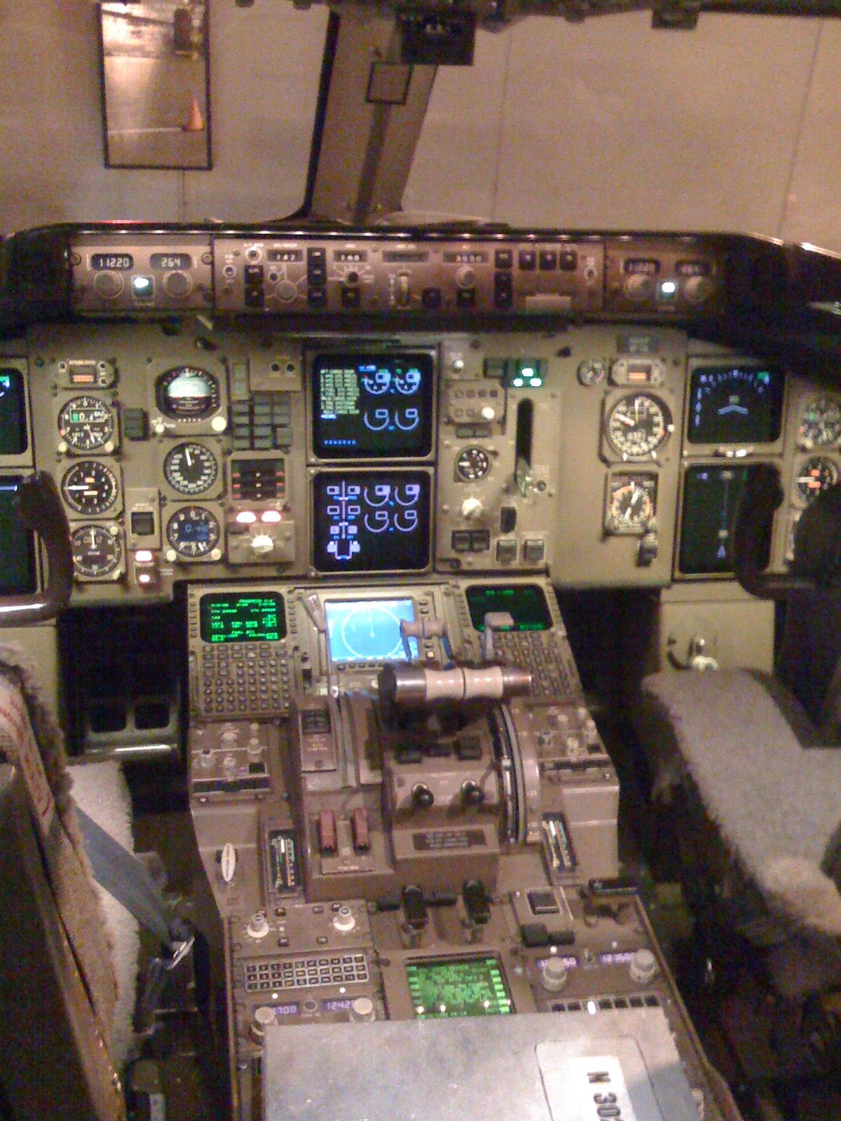 Cockpit of Boeing 757