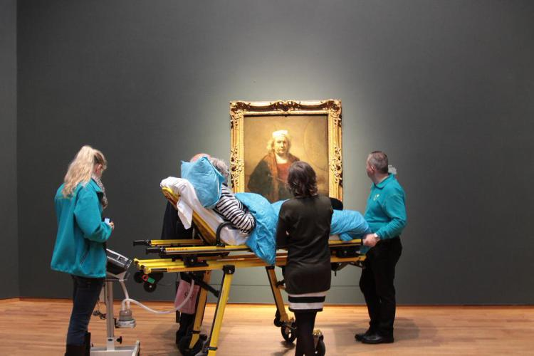 A terminally ill woman views a painting by Rijksmuseum as her last wish. (all images courtesy Stichting Ambulance Wens)