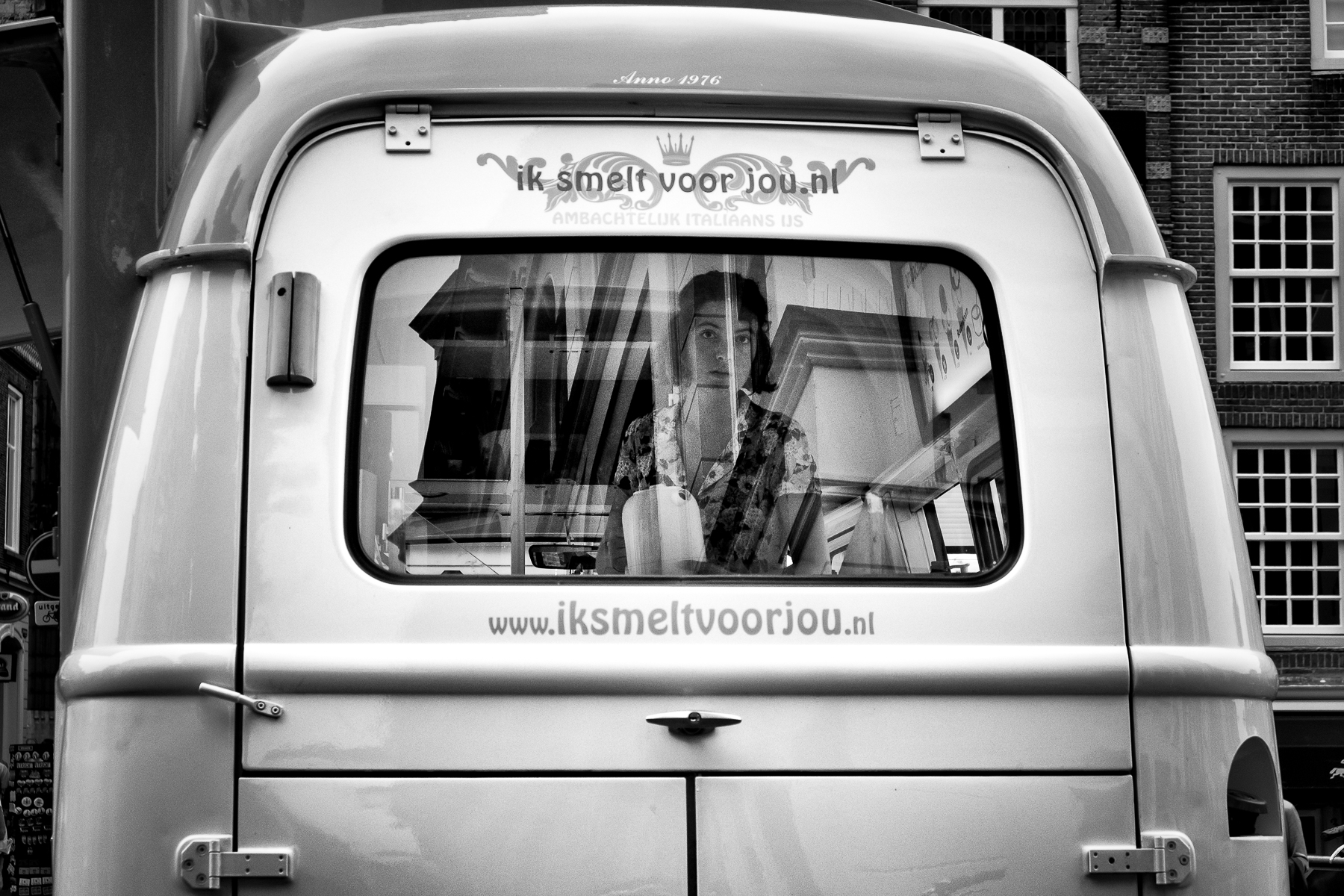 Woman_Van_Maartensbrug_Utrecht.jpg
