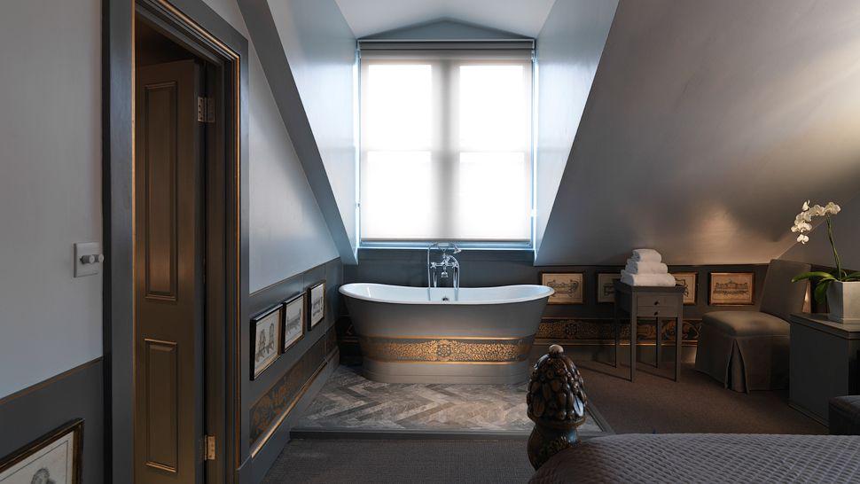 002877-10-guestroom-with-bathtub.jpg
