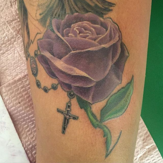 Mark was able to #fill in this #beautiful #purple #rose #tattoo. #thankyou Veronica.  #purplerose #rosetattoo #flower #floral #flowertattoo #thigh #thightattoo #custom #illustrator #illustration #customtattoo #waukegan #waukeganillinois #lakecountyil #weirdwaukegan #girl #girly #girlytattoo #greatlakesnavalbase #chicagotattooartist #navy #bank #banker @cupycakesweetshop