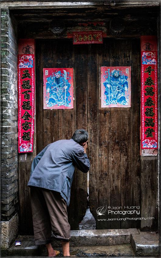 Curious-Peek-Into-Slabs-of-Doors-near-Li-River-China-copyright-Jean-Huang-Photography