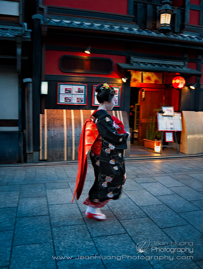 Geisha-Running-through-in-Gion-Kyoto-Copyright-Jean-Huang-Photography