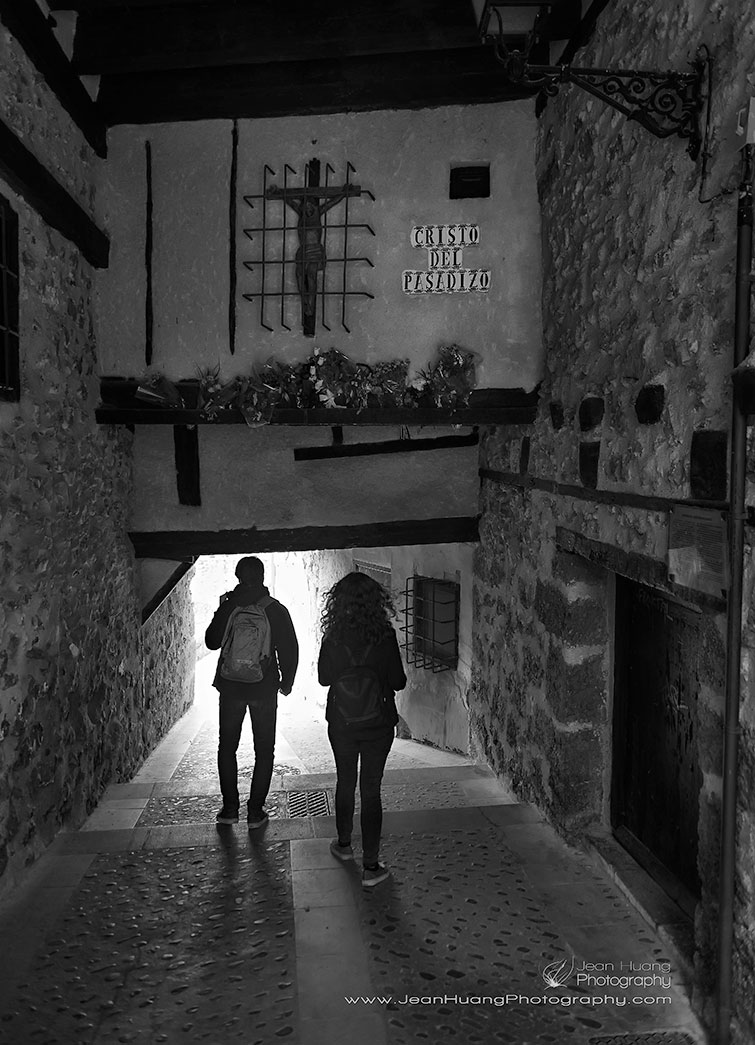 Couple-Underneath-Cristo-del-Pasadizo-Cuenca-Spain-Copyright-Jean-Huang-Photography