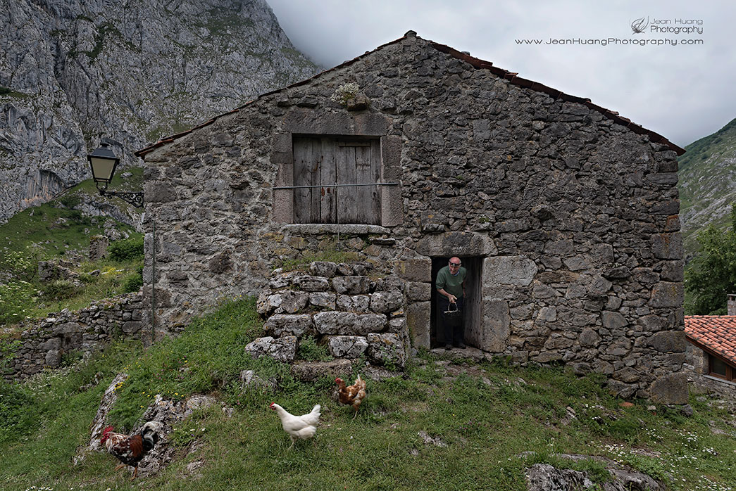 Happiest-Chicken-Bulnes-de-Arriba-Spain-Copyright-Jean-Huang-Photography