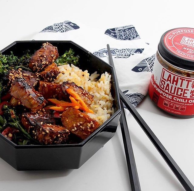 Monday blues are back, but that doesn't mean today can't be flavorful! Today we're inspired by @theplatepimp, who blended the delicious taste of sesame tempeh with our OG #lahttsauce flavor made with bacon 🥓 and shrimp 🍤