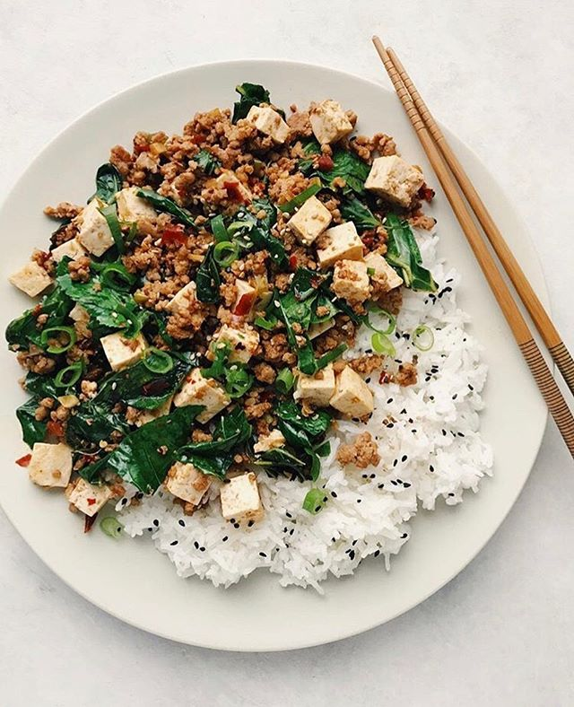 Too tired to spend hours cooking? Try this quick and simple stir-fry from @foodminimalist 🤩 . This delicious stir-fry blends ground pork, tofu, and dark leafy greens in a chili sauce. Check out her post from March 14 for the full recipe! 🙌🏻