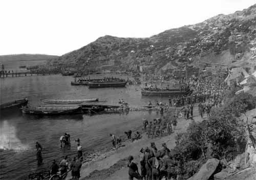 """Allied troops lining the shore at """"ANZAC Cove"""" on the Gallipoli Peninsula. The cove was named after the ANZAC (Australian and New Zealand Army Corps) troops that were part of the Allied forces. The Dardanelles Campaign against the Turks was a bloody defeat for the Allies."""