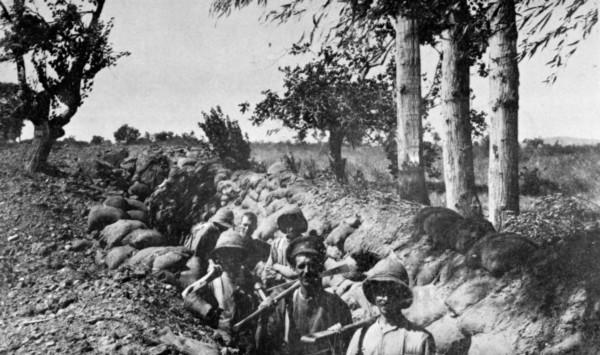 Soldiers dug in at Chocolate Hill, Suvla Bay, Gallipoli, 1915.